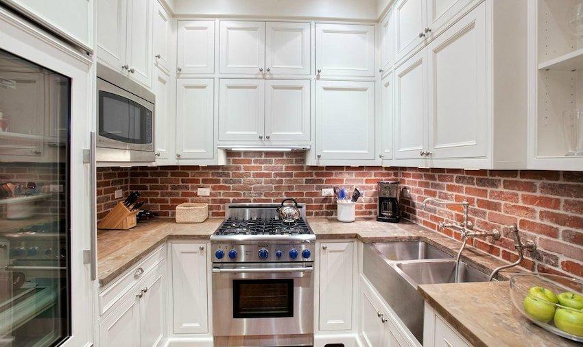 белая кухня с кирпичными стенами