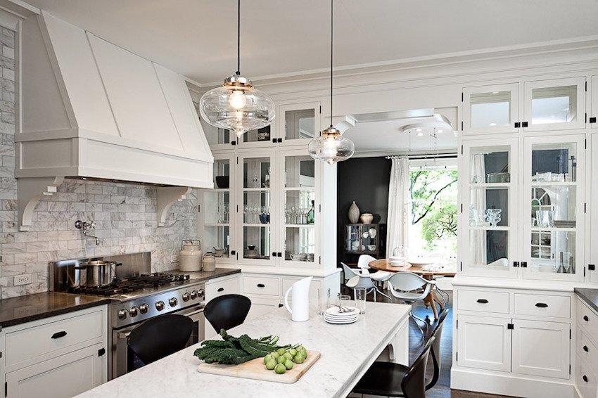 деревянная мебель на белой кухне