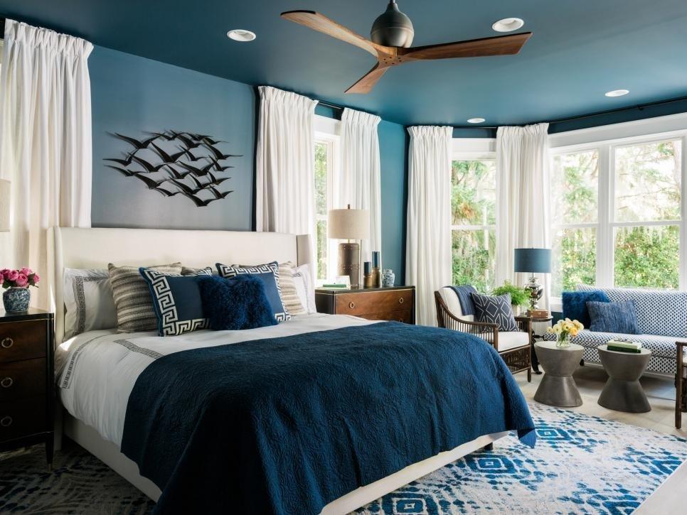 спальня в синих тонах с эркером