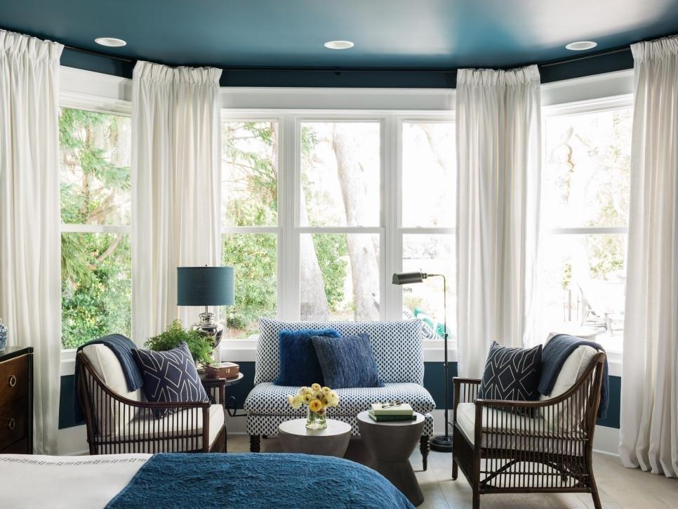 интерьер спальни в синем цвете с эркерными окнами