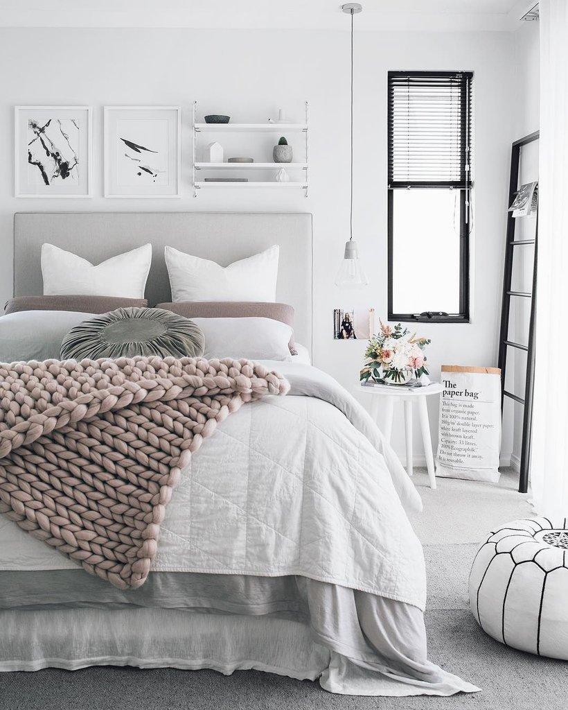 белая кровать с пледом