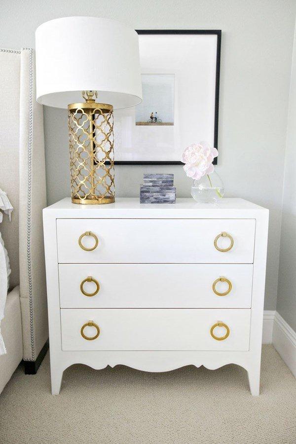 белый шкафчик возле кровати