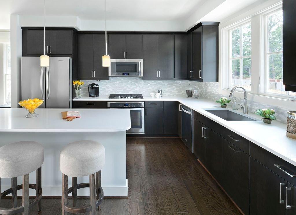 черно-белая кухня с белой столешницей и барной стойкой