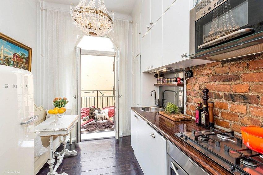 небольшая кухня с балконом