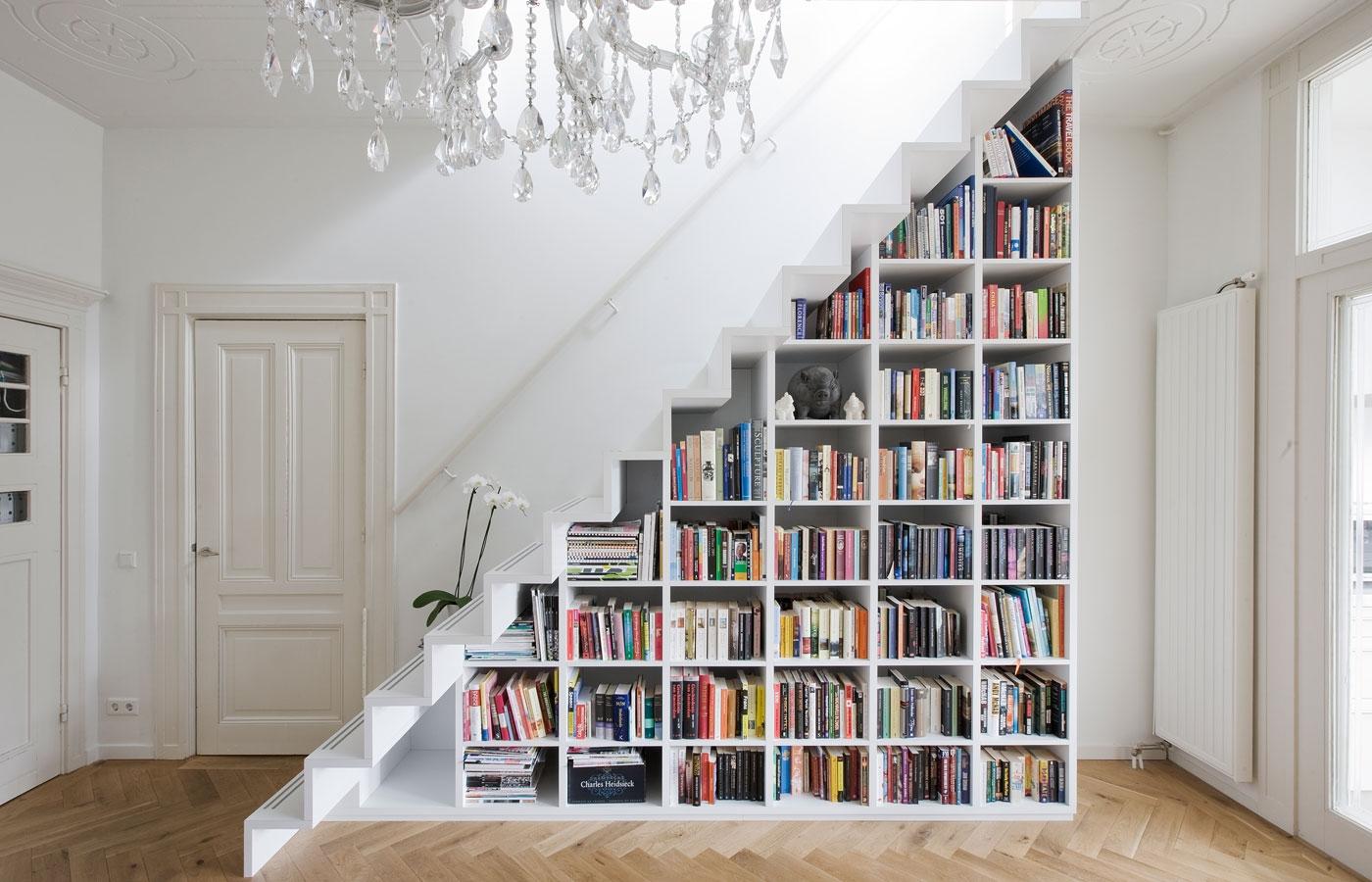 Дизайн прихожей в частном доме лестница