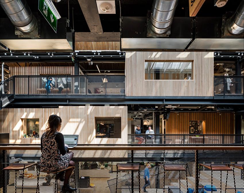 стулья в офисе Airbnb