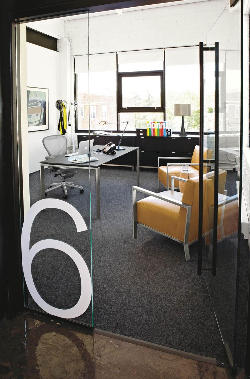 мебель в кабинете в офисе