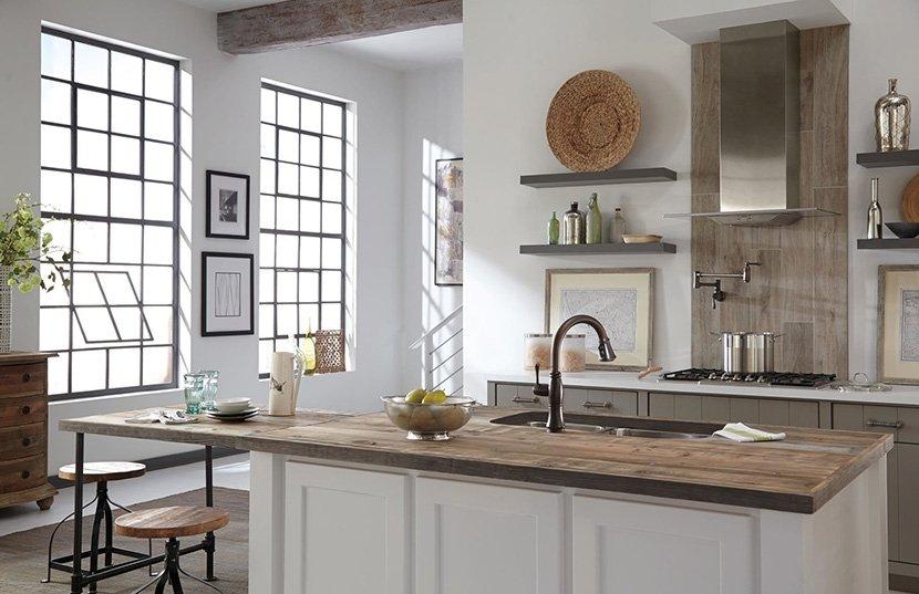 белый остров на кухне с деревянной столешницей