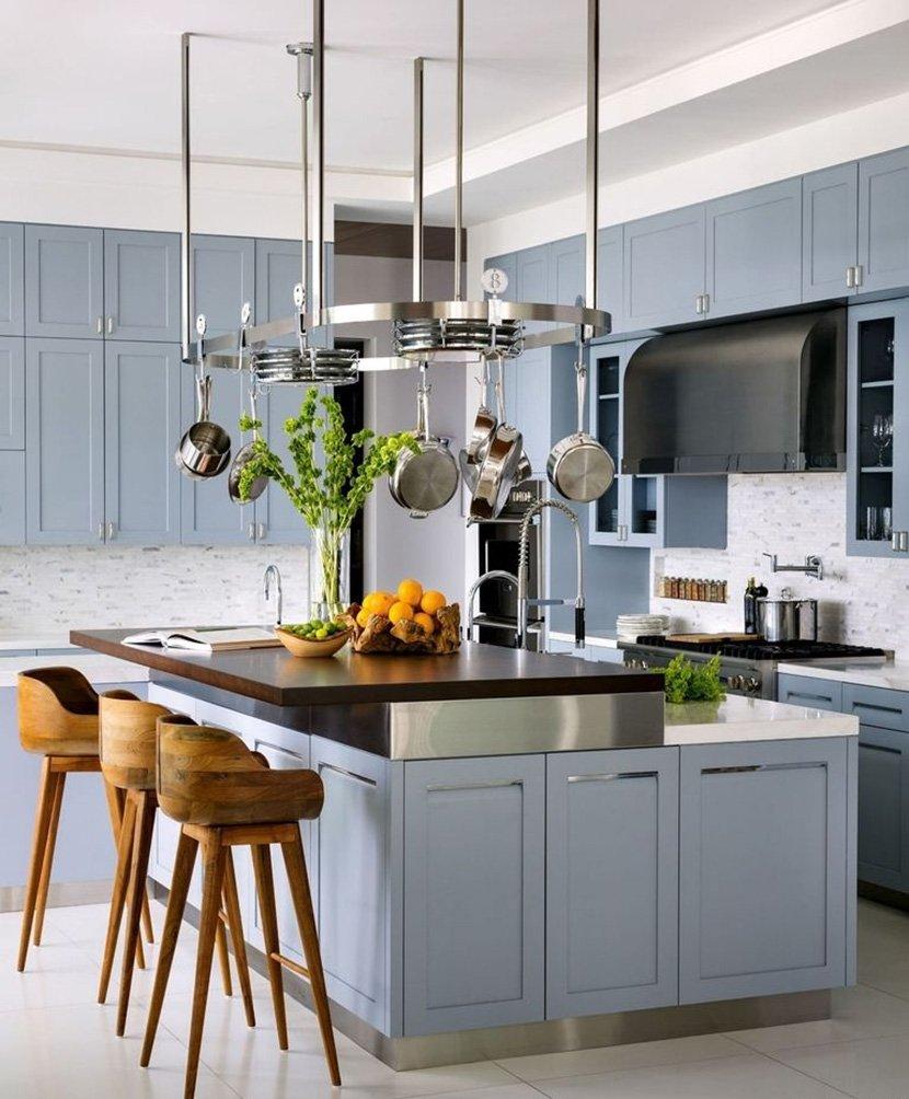 бело-голубая кухня с высокими стульями