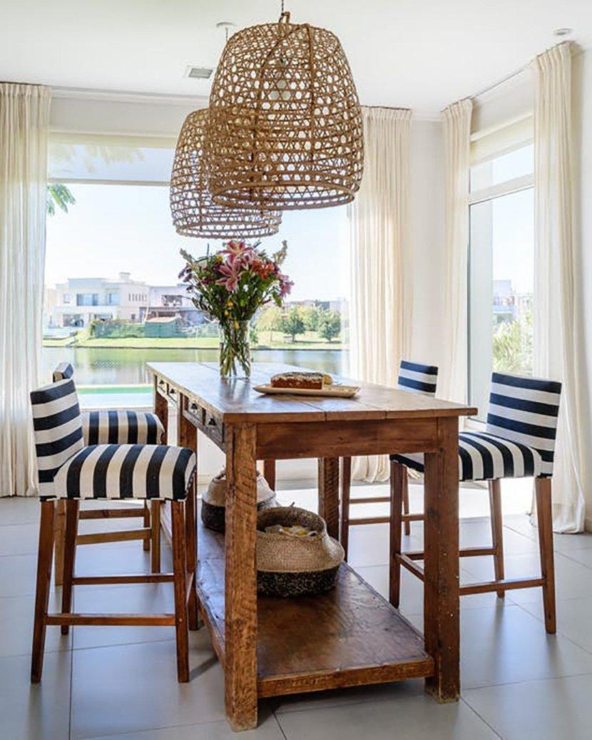 деревянный стол с высокими стульями