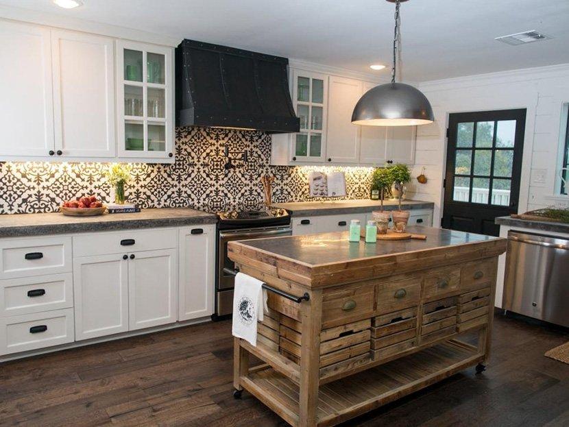 светлая кухня с деревянным островом