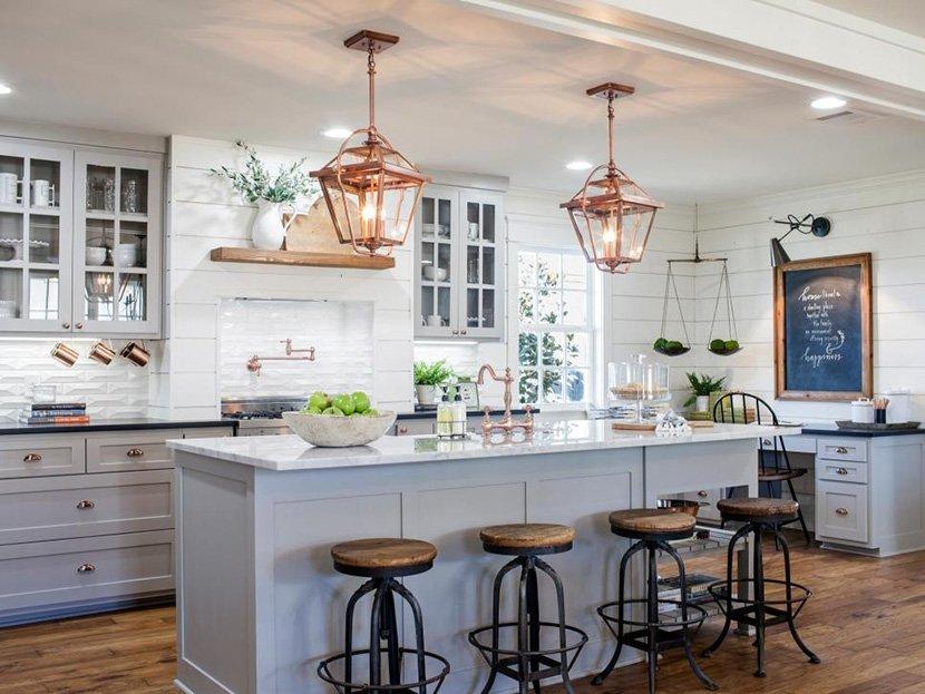 дизайн кухни в частном доме с островом