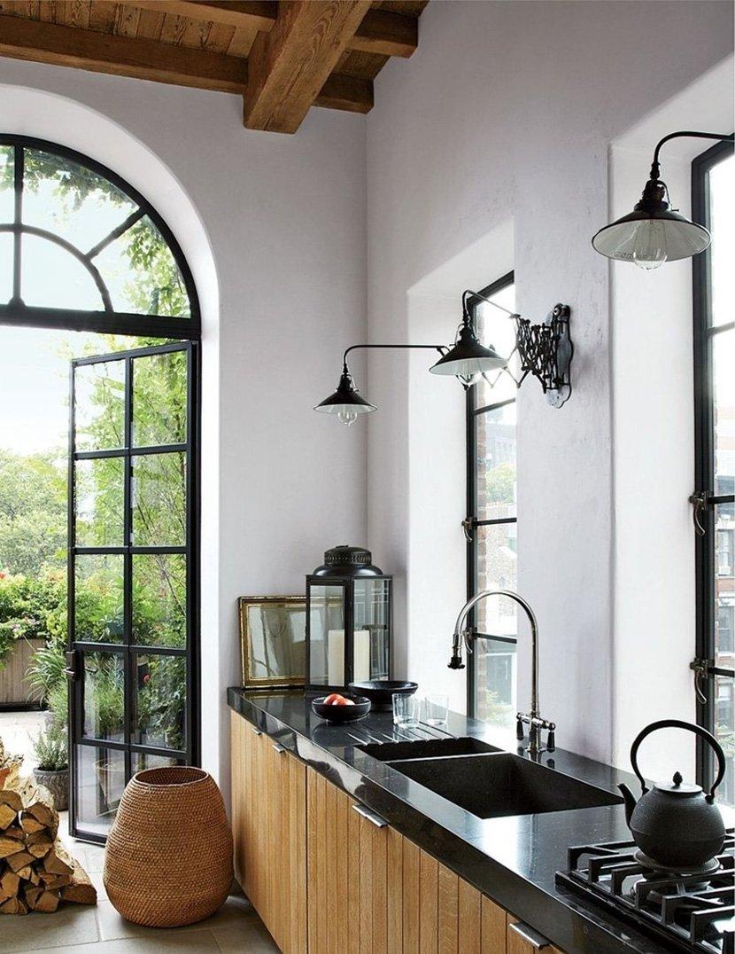 линейная кухня с окнами и дверью