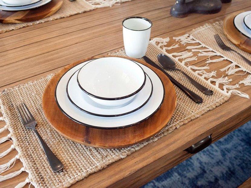 фото белой посуды на деревянном столе
