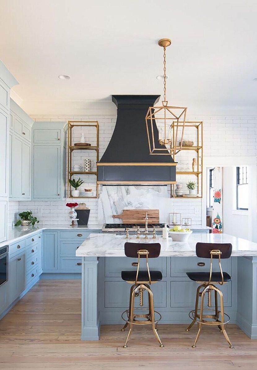 фото бело-голубой кухни в доме