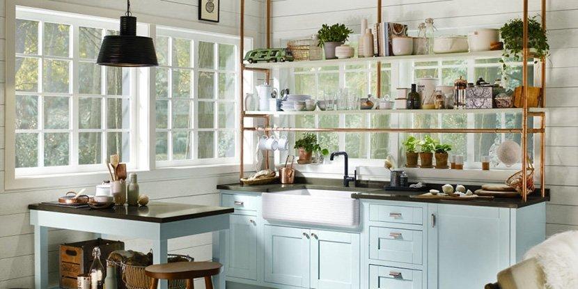 серо-голубая кухня с окнами в частном доме