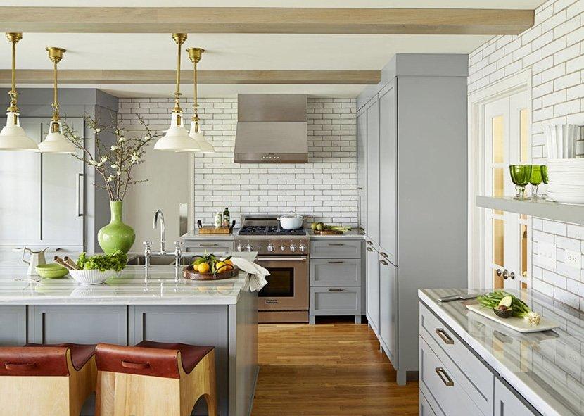 фото светло серой кухни с окнами в частном доме