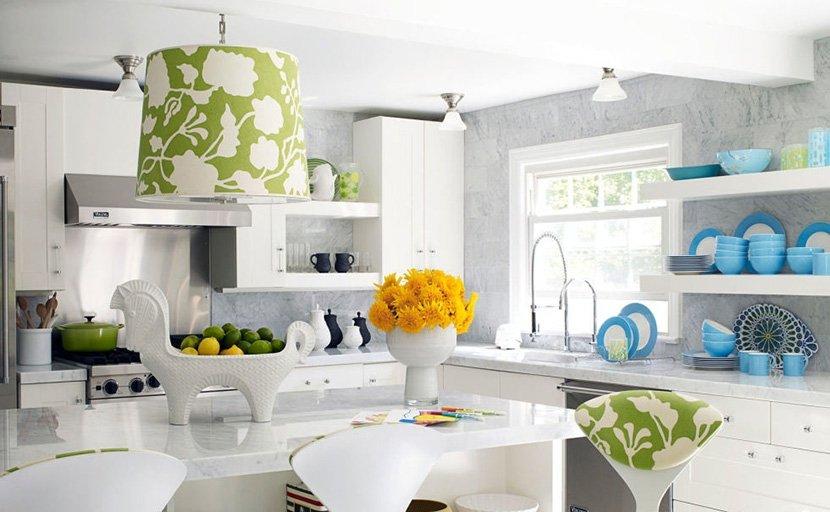 белая кухня с черной посудой