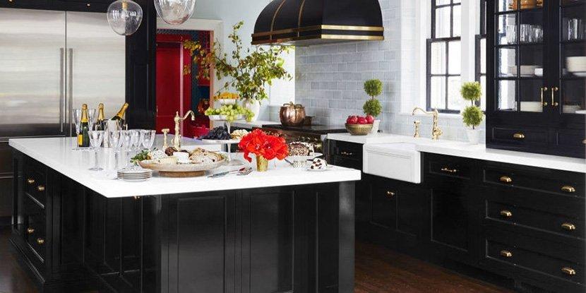 фото черно-белой кухни в частном доме с окнами