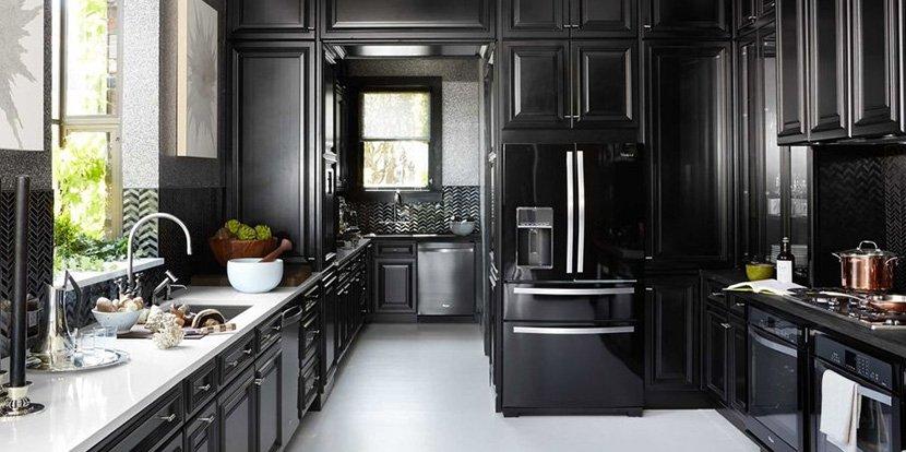 фото черной кухни в частном доме с окнами