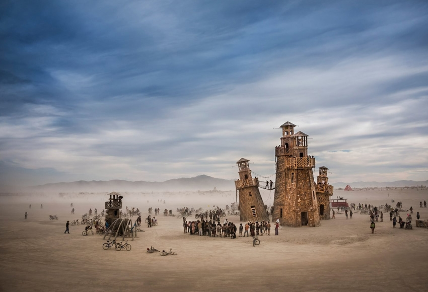 маяк на фестивале  Burning Man в пустыне Невады